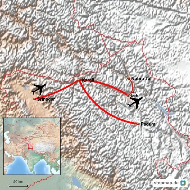 Von Frankfurt geht es via Neu Delhi nach Leh. In Indien ist Monsunzeit. Wenn man nicht gerade Schneefall haben will, ist das aber eine gute Reisezeit, um nach Ladakh und Zanskar zu reisen. Diese beiden ehemaligen Königreiche liegen zwischen den großen Bergketten des Himalaya, dort war es früher im Sommer knochentrocken. Inzwischen regnet es auch mal im Sommer, der Klimawandel lässt grüßen.